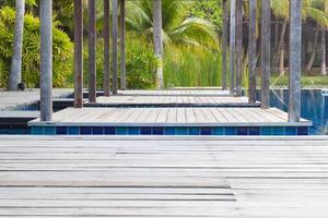 primo piano piscina con scala e ponte in legno foto