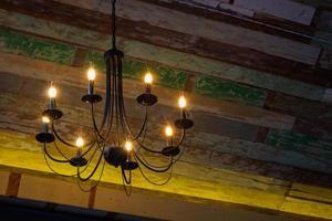 lampadine sul lampadario appeso foto