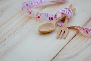 cucchiaio e forchetta da cucina in legno foto