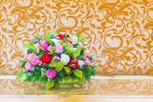 bouquet di fiori nel vaso sullo sfondo vintage sfocato foto