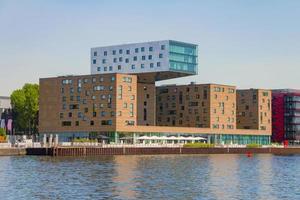Berlino, Germania, 19 maggio 2017 - moderno edificio per uffici lungo il fiume Sprea a Berlino est foto