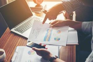 consulente finanziario, consulente per gli investimenti con il suo team in ufficio. foto