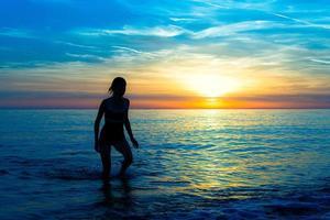 fare jogging sulla spiaggia foto