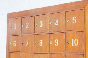 file di caselle postali in legno retrò foto