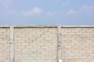 muro rotto sullo sfondo di nuvole e cielo foto