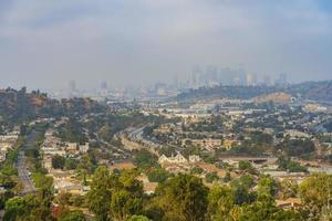 vista dall'alto con foschia di alcuni edifici residenziali con skyline foto