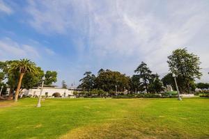 vista mattutina della biblioteca pubblica di monrovia nel parco della biblioteca foto