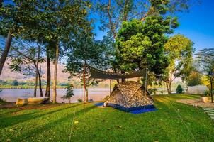 campeggio e tenda nel parco naturale vicino al lago foto