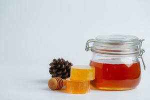 sapone e siero per la cura della pelle naturale con miele e nido d'ape posati foto