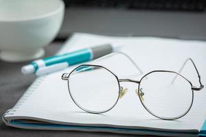 gli occhiali sono posti sul terreno della visione del mondo foto