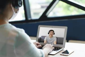 donna d'affari che utilizza il computer per lavorare da casa durante la pandemia foto