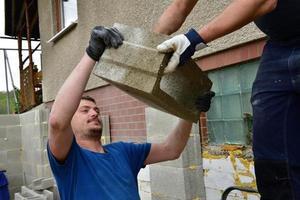 il modo tradizionale di muratura domestica utilizzando blocchi di cemento foto