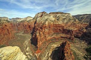 guarda giù in un canyon del fiume foto