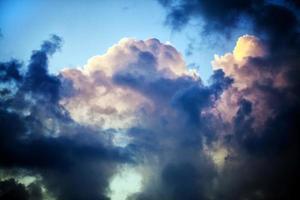 nuvole scure e morbide sul cielo foto