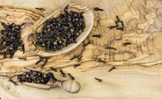 chiodi di garofano essiccati su legno d'ulivo foto