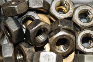 chiodi e viti industriali in ferro dadi foto