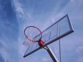 tabellone basket contro il cielo. costruzione sportiva all'aperto. foto