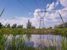 linee elettriche ad alta tensione che attraversano il lago. foto