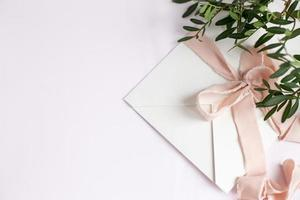 busta su fondo bianco-rosa con nastro di seta pesca e rosa foto