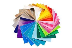 pila attorcigliata di fogli colorati 12x12 di carta adesiva isolati foto