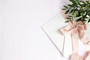 busta su fondo bianco-rosa con nastro di seta color pesca foto