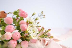 fiori di pesco su viola con nastro. biglietto d'auguri. foto