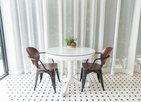 decorazione d'interni tavolo da pranzo vuoto nella sala da pranzo foto