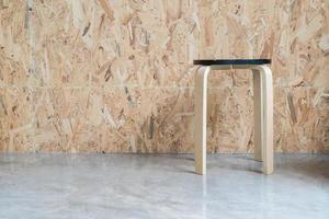 sedia moderna con fondo in legno in soggiorno foto