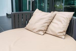 bellissimo patio esterno di lusso con cuscino sul divano foto