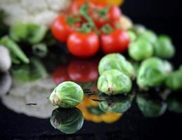 sano mix fresco di composizione di verdure crude foto