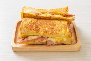 French toast prosciutto pancetta formaggio panino foto