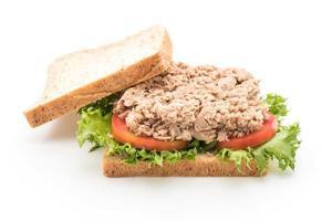 panino al tonno su sfondo bianco foto