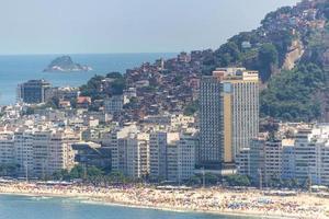 la spiaggia di copacabana con la baraccopoli di pavoni sullo sfondo foto
