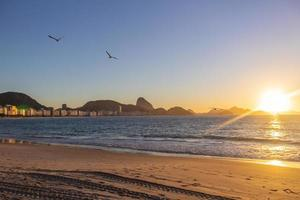 alba sulla spiaggia di copacabana a rio de janeiro, brasile foto