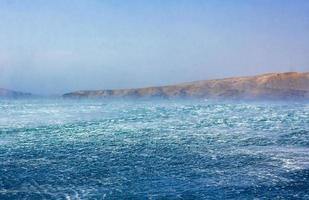 mare blu agitato con vento forte a novi vinodolski croazia. foto
