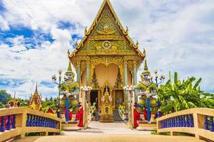 architettura colorata e statue al tempio di wat plai laem sull'isola di koh samui, thailandia, 2018 foto