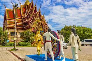 statue colorate al tempio di wat plai laem sull'isola di koh samui, thailandia, 2018 foto