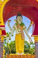 statua colorata al tempio di wat plai laem sull'isola di koh samui, thailandia, 2018 foto