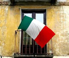 bandiera italiana su un balcone foto