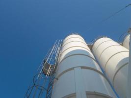 silo, un contenitore cilindrico per lo stoccaggio di prodotti granulari foto