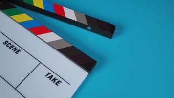 ciak o ardesia di film su sfondo blu. foto