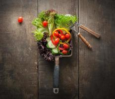 la vista dall'alto dell'insalata vegetariana è la colazione per una sana, pomodori, lattuga foto