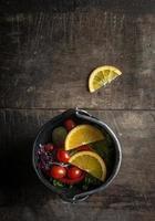 insalata fresca con fetta di arancia su fondo di legno foto
