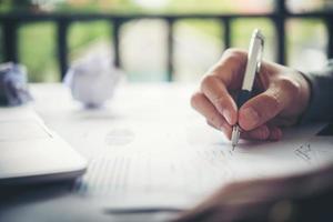 donna d'affari che scrive con la penna nel blocco note, concetto di donna lavoratrice. foto