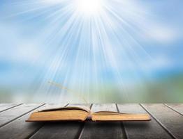 libro della natura su pavimento in legno foto