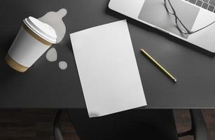 foglio di carta sulla scrivania foto
