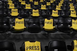 sedili dello stadio con cartelli stampa foto