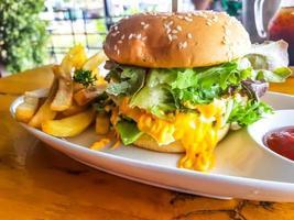 cheeseburger hamburger gustoso e appetitoso foto