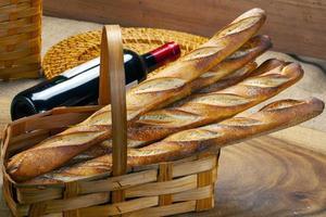 cesto di pane cotto nel forno a legna foto