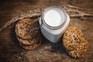 biscotti fatti in casa al burro di arachidi sul tagliere. foto